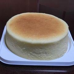 月のようにまん丸な半生チーズケーキ